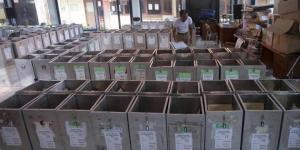 Petugas Komisi Pemilihan Umum menyiapkan kotak suara di Surabaya, Jawa Timur, Senin, 7 Juli 2014. Indonesia akan melaksanakan pemilihan umum presiden pada 9 Juli.
