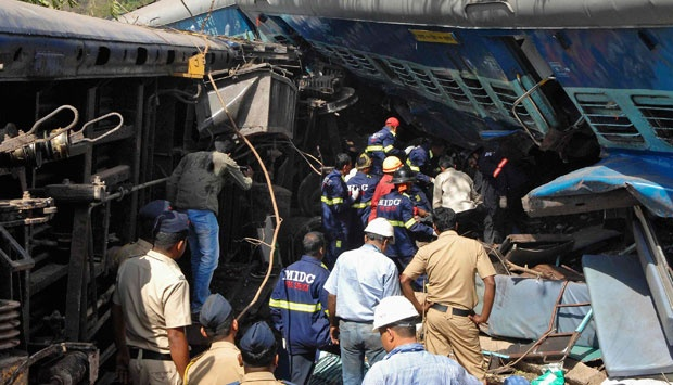 kereta api tabrak bus sekolah di india