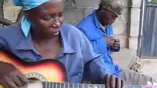 ibu ibu main gitar